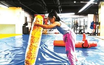 """7岁女孩上演""""中国版摔跤吧爸爸"""""""