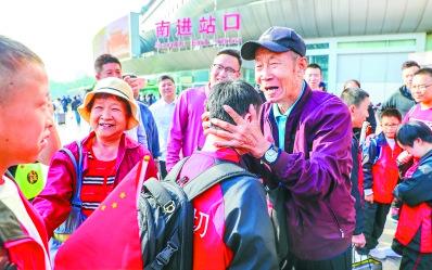 """""""高振宁""""夫妇接资助20年的孩子们来京圆梦"""