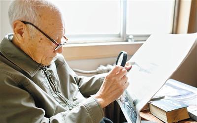 """91岁老人自学不辍 一口流利英语成""""网红"""""""