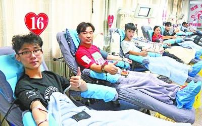 """男孩用献血当做""""成人礼""""  全家上阵齐陪伴"""