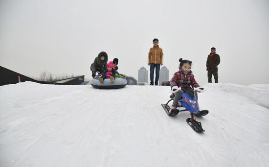 """春节到天津东疆沙滩""""观海戏雪"""" 为游客带来全新体验"""