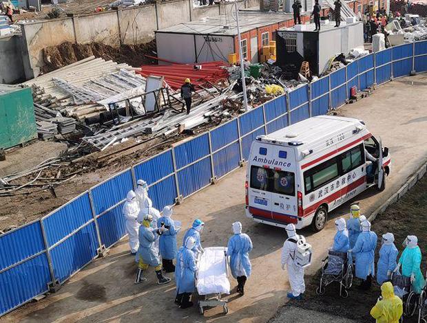 轉運首批患者的車輛抵達火神山醫院