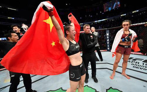 中国首位UFC冠军张伟丽成功卫冕金腰带