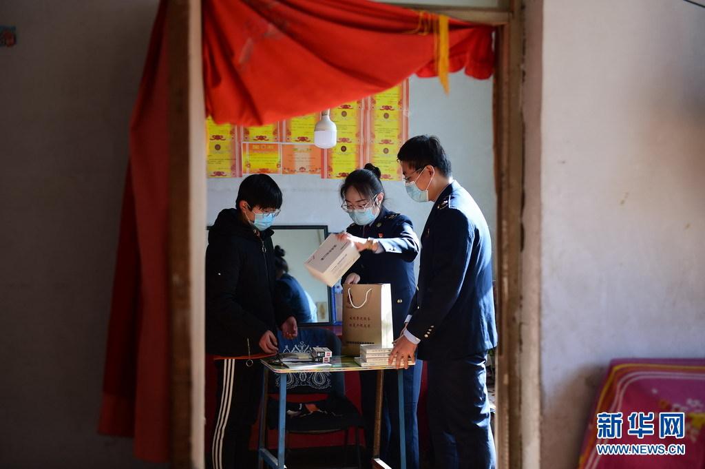 河北泊头:志愿者温暖寒假困难学子