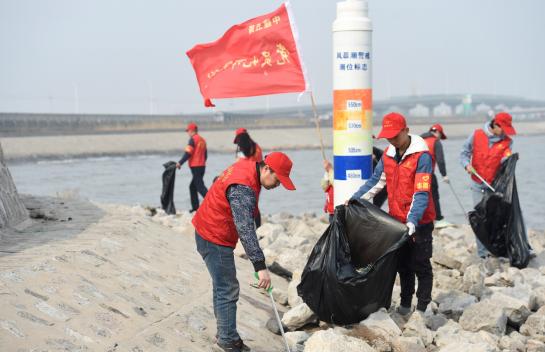 保护渤海湾环境 中建五局滨海新区项目志愿者徒步海边捡垃圾