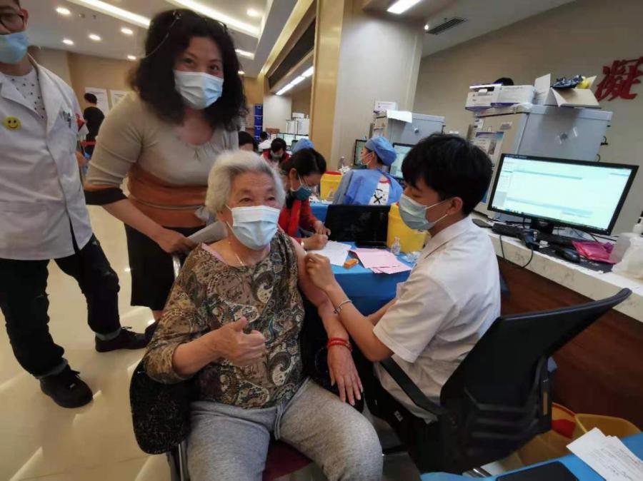 """95岁奶奶:""""今天我注射新冠疫苗啦!"""""""